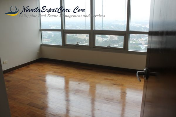 residences-fire-sale-3-bedrooms-with-big-balcony-facing-greenbelt-11-600x400