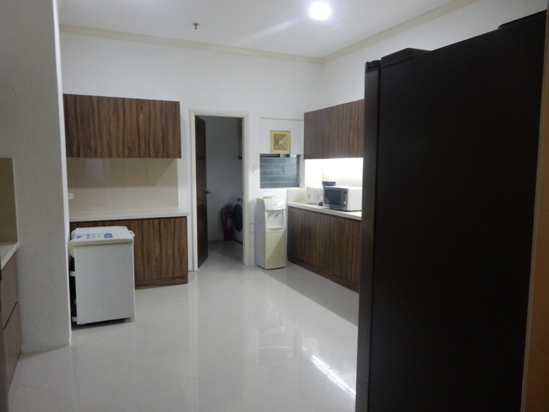 greenbelt-4-bedrooms-condo-for-rent-with-balcony-modern-furnitures-11